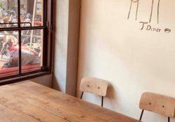 レトロな空間でランチやスイーツを楽しめるカフェ